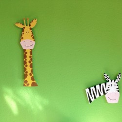 Holztiere an der Wand