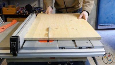 Zuschnitt des Holzes für die Buchstütze
