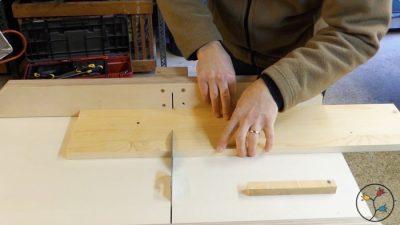 Ablängen der Teile für die Sägen der Feder für die Seitenteile der Buchstütze