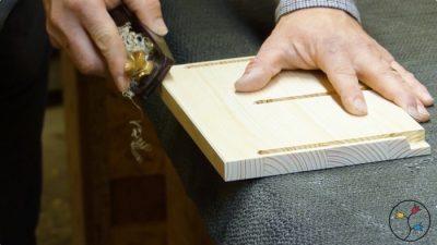 Fasen der Vorderkante der Buchstütze mit dem Hobel